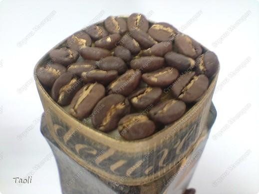 Вот и я, вдохновленная мастерскими работами жителей нашей прекрасной Страны, задекупажила кофейную баночку и преподнесла ее любимому мужу. Пусть, когда он на работе решит выпить чашечку ароматного кофе, это баночка напоминает ему обо мне. фото 5