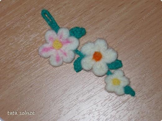Началось всё с одного цветочка... второй получился чуть меньше и возникла идея соединить их в цепочку, но на тот момент у меня небыло зелёной шерсти для валяния и веточку с листочками я связала из зелёных никок которые нашлись дома. фото 1