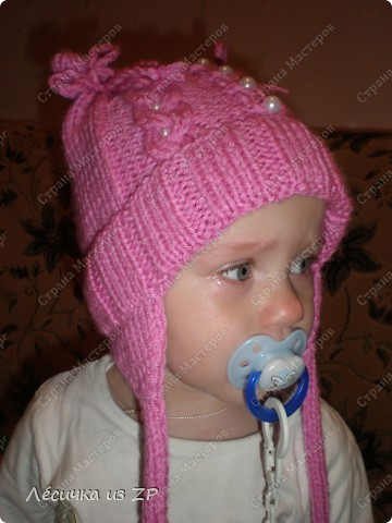"""Вот по случаю связала спицами ещё одну шапочку для своего ребёнка. Но как всегда с размером не угадала, отсюда появились """"ушки"""" на завязочках. фото 3"""