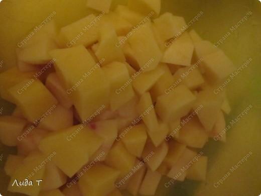 Сегодня я к Вам с ужином... Начну как всегда с истории и с особенностей Родина картофеля — Южная Америка, где до сих пор можно встретить дикорастущий картофель. Начали выращивать картофель около 14 тыс. лет назад индейцы Южной Америки. Они не только употребляли картофель в пищу, но и поклонялись ему, считая одухотворённым существом. Картофель в России — основной продукт питания. 2008 год ООН объявила Международным годом картофеля.  Картофель обладает уникальным набором органических и неорганических соединений жизненно важных для человеческого организма. Недаром после внедрения картофеля в Европе практически прекратились эпидемии цинги. Это объясняется тем, что употребляя в пищу блюда из картофеля, европейцы обогатили свой организм витамином C, а ведь именно его дефицит служит главной причиной возникновения этого страшного заболевания. Потребление 300 г картофеля обеспечивает получение организмом более 10 % энергии, почти полную норму витамина С, около 50 % калия, 10 % фосфора, 15 % железа, 3 % кальция.  Чтобы сохранить содержащиеся в картофеле ценные вещества, нужно научиться правильно его готовить. Варить картофель нужно в небольшом количестве воды: при варке в неё переходит большая часть витаминов. Также перед приготовлением не стоит держать картофель в воде в течение долгого времени. После долгого хранения на свету клубни зеленеют и становятся токсичными, непригодными к употреблению.  Кстати, при изжоге полезно съесть мелко нарезанную сырую картофелину.  Котлета  — в русской кухне и языке: мясное блюдо из фарша в виде лепёшки. В европейской кухне котлетой называется тонкий кусок мяса на кости: бедренной, но преимущественно реберной — у животных, и бедренной — у птицы; а также разновидность рыбного филе. Само блюдо «котлета» пришло в русскую кухню из европейской. И так же, как и в Европе, в России изначально под котлетой понимали кусок мяса с рёберной костью. Но с конца XIX века в России это определение всё чаще стали относить к изделиям из рубленого мяса.     фот