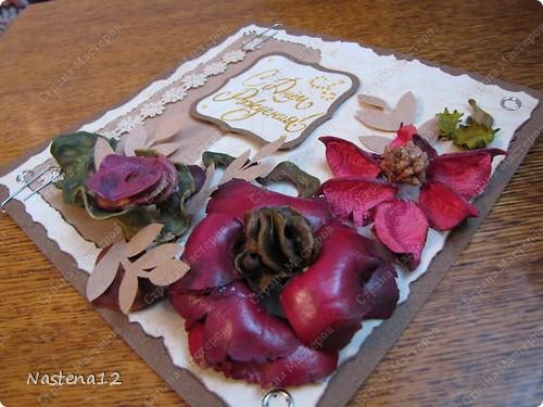 Родилась у меня сегодня такая вот открыточка. Повод - грядущий мамин день рождения. Попалось мне под руку ароматизированное саше для белья. А там такие чудные семена, стручки фасоли засушенные кора какая-то... в общем, простор для фантазии. Вот так и получились такие цветочки на этой открытке :) фото 2