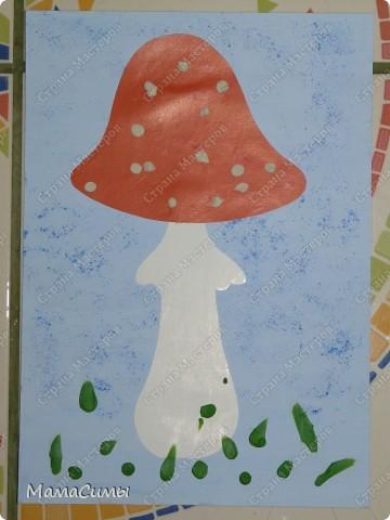 Фон - картон окрашенный гуашью, мухомор - картон, пятна на шляпке и трава - пластилин. фото 1