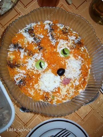 """2010год мы встречали с пополнемием, нашей звёздочке какраз исполнилось 5 мес. и она находилась на чистом ГВ. Многого нельзя, но ведь праздник и хочется чего-то необычного, пусть хоть в оформлении. Так появились:  Салат """"Тигрёнок""""  Состав:  курица. яблоко, картошка, яйцо, сметана Украшение: морковка варёная, белок яичный,  чёрная соль, маслинка, кусочек калбаски фото 1"""