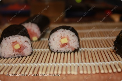 Здравствуйте все, кто заглянул в мой блог :) Это моя первая запись. Решила начать с вкусненького, например, с японской кухни :) Делала роллы впервые, ела тоже впервые, так что не знаю, насколько они по вкусу приближены к оригиналу :):):) Мне не понравилось, особенно вкус нори. Но я вообще морепродукты не люблю, также как и рис )))) Мужу и дочке понравилось, просят повторить :) фото 1