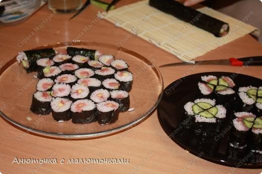 Здравствуйте все, кто заглянул в мой блог :) Это моя первая запись. Решила начать с вкусненького, например, с японской кухни :) Делала роллы впервые, ела тоже впервые, так что не знаю, насколько они по вкусу приближены к оригиналу :):):) Мне не понравилось, особенно вкус нори. Но я вообще морепродукты не люблю, также как и рис )))) Мужу и дочке понравилось, просят повторить :) фото 9