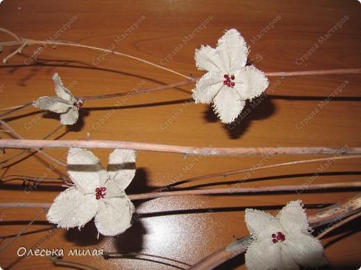 """Эту работу я выполнила на школьный конкурс """"Осень золотая"""", под руководством Кириенко А. В. Это обычная, сухая ветка из школьного сада, а цветочки сделаны из ткани и пайеток. фото 2"""