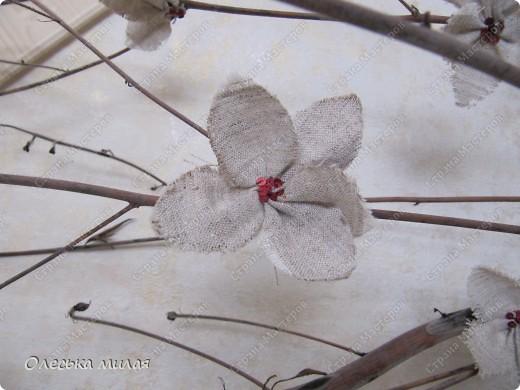 """Эту работу я выполнила на школьный конкурс """"Осень золотая"""", под руководством Кириенко А. В. Это обычная, сухая ветка из школьного сада, а цветочки сделаны из ткани и пайеток. фото 4"""
