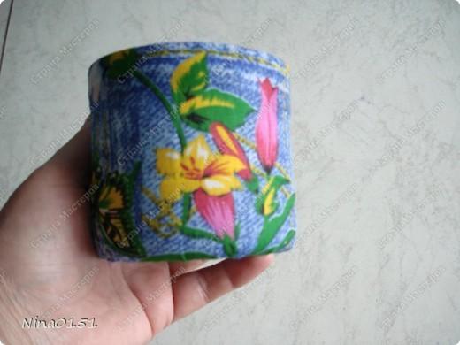 Эта шкатулка сделана из пластмассовых баночек из под акриловой краски и клея ПВА.Я верхнюю часть баночки отрезала до нужной мне высоты.Вымыла ее,просушила и каждую оклеила внутри и снаружи тканью на клей ПВА.Для донышка во внутрь вырезала круглешок из ткани и клеила.На дно наружней части я не наклеивала ткань.Просто концы ткани боковой части я заправила вниз.Они составляли примерно 1-1,5 см. по краю банки.Готовые баночки приклеивала на картон на клей титаник.Я не сфотографировала тот момент как я делала крышку и дно под баночки.Но это очень легко делать.Нужно вырезать из газеты шаблон.Наложить его на картон и вырезать.Все части оклеила тканью на клей ПВА. фото 4