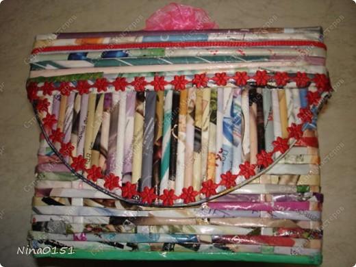 Шкатулка состоит из картонной коробки,которую оклеила трубочками от журнала Орифлейн.Этот журнал весь цветной и шкатулку не нужно покрывать краской.Эта шкатулка без липучек.Крышка глубокая и закрывается плотно. фото 6