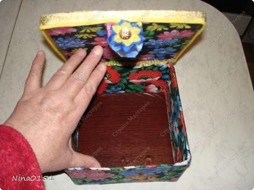 Вот так выглядит шкатулка оклеенная тканью.На верх крышки под материал положила сентипон.Закрывающая часть крышки на липучках.Это видно под цветочком. фото 3