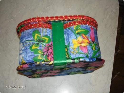 Эта шкатулка сделана из пластмассовых баночек из под акриловой краски и клея ПВА.Я верхнюю часть баночки отрезала до нужной мне высоты.Вымыла ее,просушила и каждую оклеила внутри и снаружи тканью на клей ПВА.Для донышка во внутрь вырезала круглешок из ткани и клеила.На дно наружней части я не наклеивала ткань.Просто концы ткани боковой части я заправила вниз.Они составляли примерно 1-1,5 см. по краю банки.Готовые баночки приклеивала на картон на клей титаник.Я не сфотографировала тот момент как я делала крышку и дно под баночки.Но это очень легко делать.Нужно вырезать из газеты шаблон.Наложить его на картон и вырезать.Все части оклеила тканью на клей ПВА. фото 8