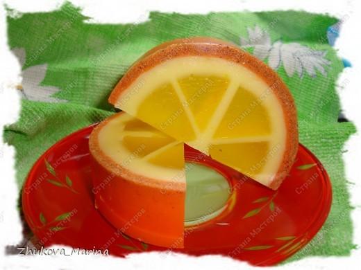 мыло с ароматом апельсина, добавлением масел абрикоса, зародышей пшеницы и виноградных косточек. в шкурке апельсина добавлена цедра и ореховая скорлупка. фото 1