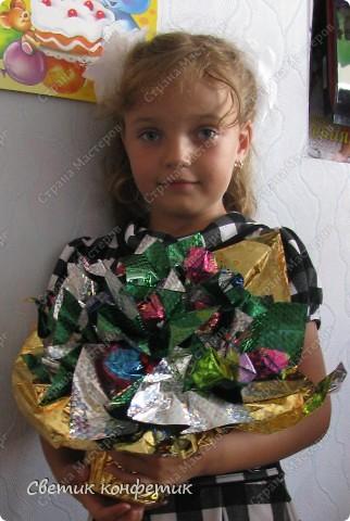 Букет из конфет мастерили вместе с дочкой для любимой учительницы. фото 2