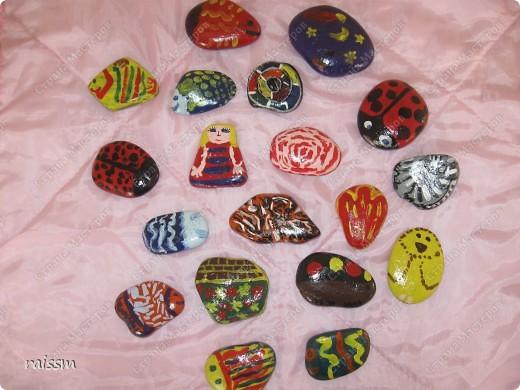 Эти камушки мои сыновья разрисовывали летом, когда мы отдыхали на озере, а я им помогала. фото 3