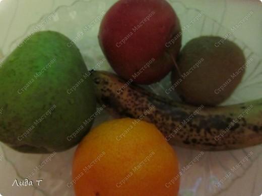 Фруктовый салат — десертное блюдо, приготовленное из смеси различных свежих фруктов, порезанных небольшими кусочками. Начала готовить этот салат, когда познакомилась со своим мужем. Дело в том, что он очень редко ест фрукты целыми, а вот фруктовый салат - с огромным удовольствием. И в его рационе это блюдо присутствует 2-3 раза в неделю по вечерам.   фото 2