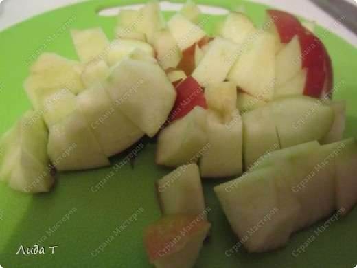 Фруктовый салат — десертное блюдо, приготовленное из смеси различных свежих фруктов, порезанных небольшими кусочками. Начала готовить этот салат, когда познакомилась со своим мужем. Дело в том, что он очень редко ест фрукты целыми, а вот фруктовый салат - с огромным удовольствием. И в его рационе это блюдо присутствует 2-3 раза в неделю по вечерам.   фото 4