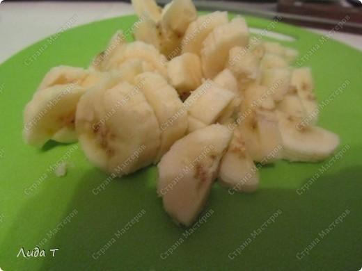 Фруктовый салат — десертное блюдо, приготовленное из смеси различных свежих фруктов, порезанных небольшими кусочками. Начала готовить этот салат, когда познакомилась со своим мужем. Дело в том, что он очень редко ест фрукты целыми, а вот фруктовый салат - с огромным удовольствием. И в его рационе это блюдо присутствует 2-3 раза в неделю по вечерам.   фото 5
