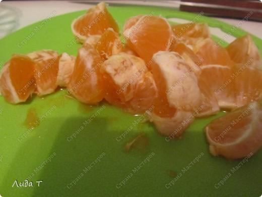 Фруктовый салат — десертное блюдо, приготовленное из смеси различных свежих фруктов, порезанных небольшими кусочками. Начала готовить этот салат, когда познакомилась со своим мужем. Дело в том, что он очень редко ест фрукты целыми, а вот фруктовый салат - с огромным удовольствием. И в его рационе это блюдо присутствует 2-3 раза в неделю по вечерам.   фото 6