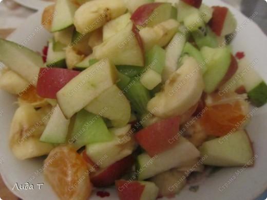 Фруктовый салат — десертное блюдо, приготовленное из смеси различных свежих фруктов, порезанных небольшими кусочками. Начала готовить этот салат, когда познакомилась со своим мужем. Дело в том, что он очень редко ест фрукты целыми, а вот фруктовый салат - с огромным удовольствием. И в его рационе это блюдо присутствует 2-3 раза в неделю по вечерам.   фото 8