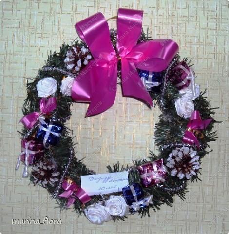 Рождество – самый долгожданный праздник, потому что именно он приносит не только много подарков, но, самое главное, ожидание чуда и волшебства.  Рождественский и новогодний венок – праздничный атрибут многих европейских стран. В нашей стране эта композиция не является исторически традиционной, но флористический венок входит в моду.    фото 4