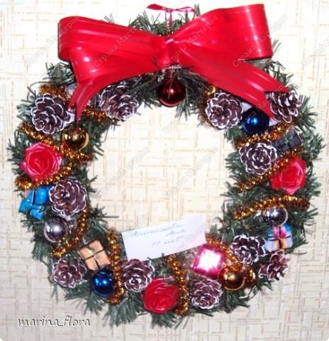 Рождество – самый долгожданный праздник, потому что именно он приносит не только много подарков, но, самое главное, ожидание чуда и волшебства.  Рождественский и новогодний венок – праздничный атрибут многих европейских стран. В нашей стране эта композиция не является исторически традиционной, но флористический венок входит в моду.    фото 2