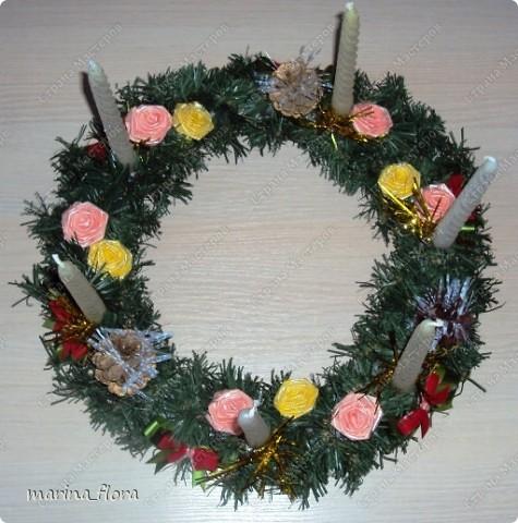 Рождество – самый долгожданный праздник, потому что именно он приносит не только много подарков, но, самое главное, ожидание чуда и волшебства.  Рождественский и новогодний венок – праздничный атрибут многих европейских стран. В нашей стране эта композиция не является исторически традиционной, но флористический венок входит в моду.    фото 12