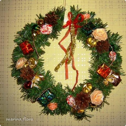 Рождество – самый долгожданный праздник, потому что именно он приносит не только много подарков, но, самое главное, ожидание чуда и волшебства.  Рождественский и новогодний венок – праздничный атрибут многих европейских стран. В нашей стране эта композиция не является исторически традиционной, но флористический венок входит в моду.    фото 9