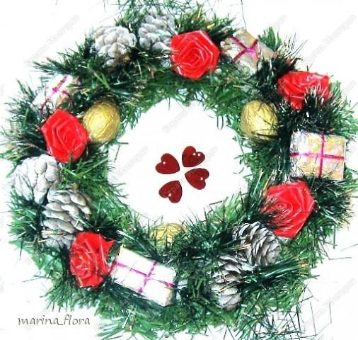Рождество – самый долгожданный праздник, потому что именно он приносит не только много подарков, но, самое главное, ожидание чуда и волшебства.  Рождественский и новогодний венок – праздничный атрибут многих европейских стран. В нашей стране эта композиция не является исторически традиционной, но флористический венок входит в моду.    фото 14