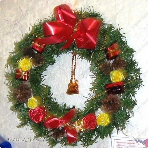 Рождество – самый долгожданный праздник, потому что именно он приносит не только много подарков, но, самое главное, ожидание чуда и волшебства.  Рождественский и новогодний венок – праздничный атрибут многих европейских стран. В нашей стране эта композиция не является исторически традиционной, но флористический венок входит в моду.    фото 7