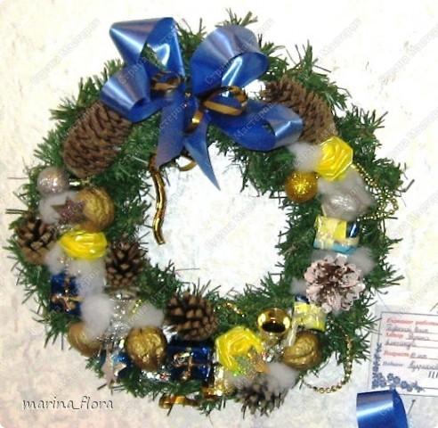 Рождество – самый долгожданный праздник, потому что именно он приносит не только много подарков, но, самое главное, ожидание чуда и волшебства.  Рождественский и новогодний венок – праздничный атрибут многих европейских стран. В нашей стране эта композиция не является исторически традиционной, но флористический венок входит в моду.    фото 6