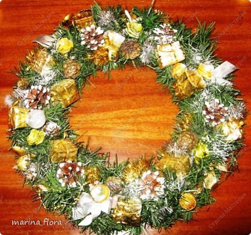 Рождество – самый долгожданный праздник, потому что именно он приносит не только много подарков, но, самое главное, ожидание чуда и волшебства.  Рождественский и новогодний венок – праздничный атрибут многих европейских стран. В нашей стране эта композиция не является исторически традиционной, но флористический венок входит в моду.    фото 1