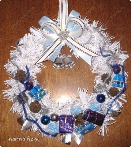 Рождество – самый долгожданный праздник, потому что именно он приносит не только много подарков, но, самое главное, ожидание чуда и волшебства.  Рождественский и новогодний венок – праздничный атрибут многих европейских стран. В нашей стране эта композиция не является исторически традиционной, но флористический венок входит в моду.    фото 8