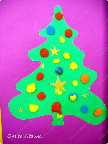 Новый год - праздник семейный. И как приятно самым младшим членам семьи приобщиться к этому веселому празднику!  Такую открытку могут сделать даже годовасы. фото 1