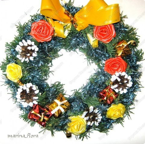 Рождество – самый долгожданный праздник, потому что именно он приносит не только много подарков, но, самое главное, ожидание чуда и волшебства.  Рождественский и новогодний венок – праздничный атрибут многих европейских стран. В нашей стране эта композиция не является исторически традиционной, но флористический венок входит в моду.    фото 5
