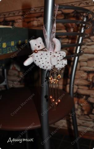 Доброго времени суток! Хочу познакомить вас с моим новым домочадцем*- котиком Бусей. Знаю, что уже у очень многих на этом сайте есть подобные игрушки, но хоть выкройка и одна, а коты, в итоге, у всех разные получаются, вот у меня получился такой- белый, пушистый и в бусинку…)  фото 3