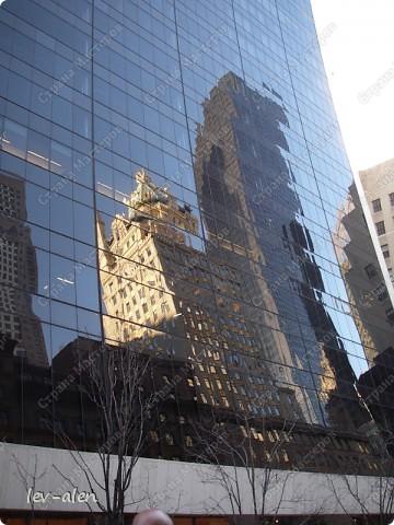 Нью-Йорк, хоть и не официальная, но всеже бизнес-столица США. Это крупнейший мировой центр. И в первую очередь Нью-Йорк ассоциируется с небоскребами Манхэттена.  Это очень интересный и необычный, интернациональный город. фото 5