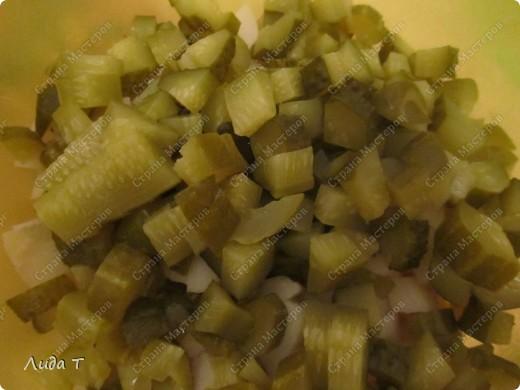 Сегодня я к Вам с очень простым, но в то же время очень вкусным и питательным блюдом - картофельным салатом. Вообще хочу отметить, что блюд из картофеля можно приготовить неимоверно много. Как всегда немного о самом блюде. Этот салат пользуется особой популярностью у европейцев, особенно у немцев и австрийцев. Салат состоит из отварного картофеля с добавлением других ингредиентов (например, репчатого лука, жареного шпика, маринованного огурца, чеснока, маринованной или квашенной капусты, грибов, орехов и даже сыра). В качестве заправки используется растительное масло, майонез, винегретная заправка, йогурт и даже сливочное масло. Расскажу несколько нюансов, как не разочароваться в приготовлении такого салата. 1. Используйте не разваривающиеся сорта картофеля, чтобы при смешивании кусочки картофеля не теряли форму. 2. Если сорта картофеля все-таки развариваются, то отваривайте его заранее, за сутки, чтобы он приобрёл дополнительную твёрдость. 3. Обязательно следуйте рецепту, потому что в некоторых рецептах картофель режут непосредственно после варки горячим, так как так он лучше впитывает маринад (а в остальных случаях остывшим до комнатной температуры). 4.Для приготовления картофельного салата подходят как чищеный картофель, так и почищенный после варки картофель в мундире (летом я варю в мундире, а зимой всегда чищу перед варкой). Ну вот и все. Теперь к самому салату.  фото 4
