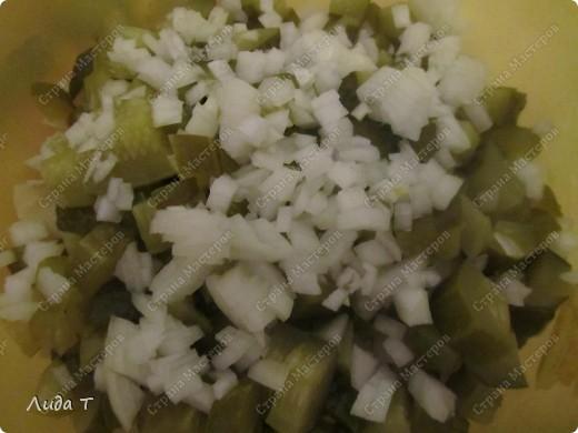 Сегодня я к Вам с очень простым, но в то же время очень вкусным и питательным блюдом - картофельным салатом. Вообще хочу отметить, что блюд из картофеля можно приготовить неимоверно много. Как всегда немного о самом блюде. Этот салат пользуется особой популярностью у европейцев, особенно у немцев и австрийцев. Салат состоит из отварного картофеля с добавлением других ингредиентов (например, репчатого лука, жареного шпика, маринованного огурца, чеснока, маринованной или квашенной капусты, грибов, орехов и даже сыра). В качестве заправки используется растительное масло, майонез, винегретная заправка, йогурт и даже сливочное масло. Расскажу несколько нюансов, как не разочароваться в приготовлении такого салата. 1. Используйте не разваривающиеся сорта картофеля, чтобы при смешивании кусочки картофеля не теряли форму. 2. Если сорта картофеля все-таки развариваются, то отваривайте его заранее, за сутки, чтобы он приобрёл дополнительную твёрдость. 3. Обязательно следуйте рецепту, потому что в некоторых рецептах картофель режут непосредственно после варки горячим, так как так он лучше впитывает маринад (а в остальных случаях остывшим до комнатной температуры). 4.Для приготовления картофельного салата подходят как чищеный картофель, так и почищенный после варки картофель в мундире (летом я варю в мундире, а зимой всегда чищу перед варкой). Ну вот и все. Теперь к самому салату.  фото 5