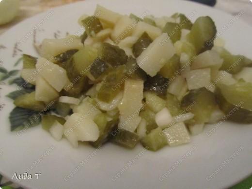 Сегодня я к Вам с очень простым, но в то же время очень вкусным и питательным блюдом - картофельным салатом. Вообще хочу отметить, что блюд из картофеля можно приготовить неимоверно много. Как всегда немного о самом блюде. Этот салат пользуется особой популярностью у европейцев, особенно у немцев и австрийцев. Салат состоит из отварного картофеля с добавлением других ингредиентов (например, репчатого лука, жареного шпика, маринованного огурца, чеснока, маринованной или квашенной капусты, грибов, орехов и даже сыра). В качестве заправки используется растительное масло, майонез, винегретная заправка, йогурт и даже сливочное масло. Расскажу несколько нюансов, как не разочароваться в приготовлении такого салата. 1. Используйте не разваривающиеся сорта картофеля, чтобы при смешивании кусочки картофеля не теряли форму. 2. Если сорта картофеля все-таки развариваются, то отваривайте его заранее, за сутки, чтобы он приобрёл дополнительную твёрдость. 3. Обязательно следуйте рецепту, потому что в некоторых рецептах картофель режут непосредственно после варки горячим, так как так он лучше впитывает маринад (а в остальных случаях остывшим до комнатной температуры). 4.Для приготовления картофельного салата подходят как чищеный картофель, так и почищенный после варки картофель в мундире (летом я варю в мундире, а зимой всегда чищу перед варкой). Ну вот и все. Теперь к самому салату.  фото 1