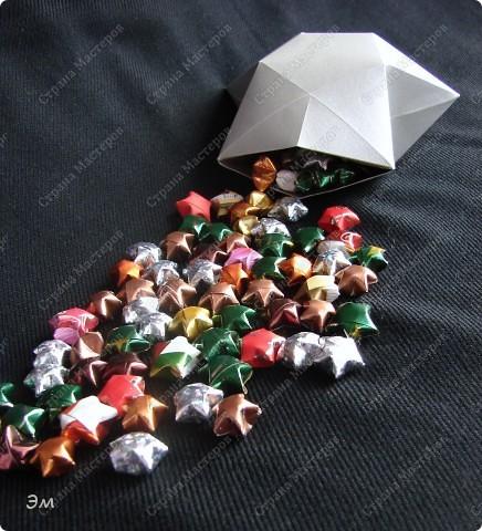 приветствую всех, ко зашёл в гости  мы опять немного помастерили) как делаются такие звёздочки, можно посмотреть здесь, http://crimsonxreign.deviantart.com/art/paper-star-tutorial-108431867    фото 2