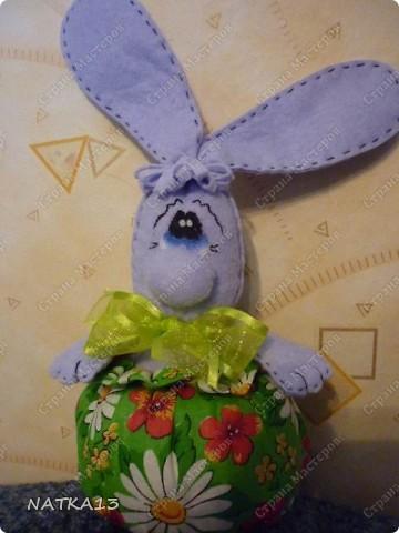 """нашла на просторах интернета выкройку зайца,а как выглядит в целом не разглядеть(слишком мелко),долго думала как же он без ног и вот придумала такую конфетницу.дочка сказала """"Зайка-охраняльщик конфет""""))))) фото 2"""