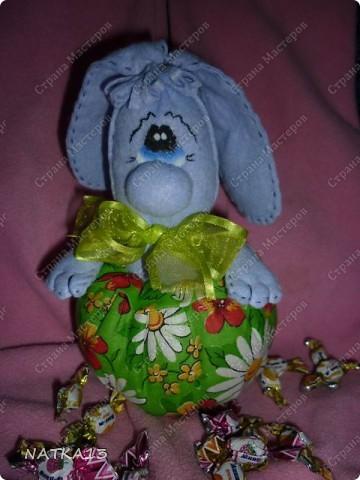 """нашла на просторах интернета выкройку зайца,а как выглядит в целом не разглядеть(слишком мелко),долго думала как же он без ног и вот придумала такую конфетницу.дочка сказала """"Зайка-охраняльщик конфет""""))))) фото 3"""