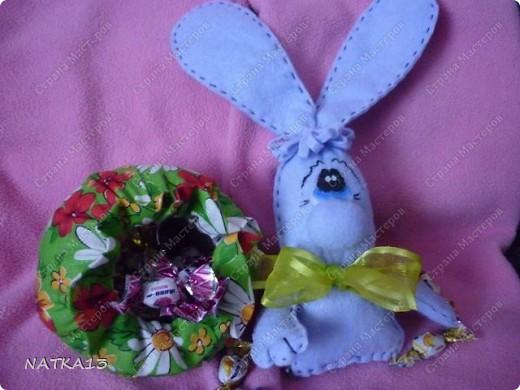 """нашла на просторах интернета выкройку зайца,а как выглядит в целом не разглядеть(слишком мелко),долго думала как же он без ног и вот придумала такую конфетницу.дочка сказала """"Зайка-охраняльщик конфет""""))))) фото 4"""