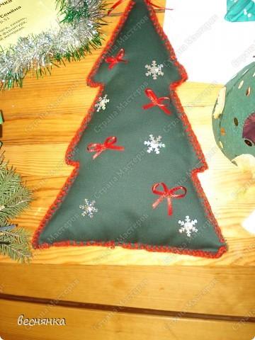 Елка выполнена из сетки и украшена бантиками. Смотрится очень нежно. Совместное творчество. фото 4