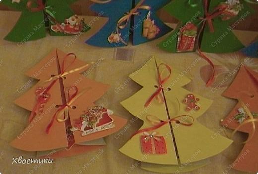 Благодаря замечательной идее из Страны Мастеров (https://stranamasterov.ru/node/41762?c=favorite) родились наши с Тимофейкой открытки для всех друзей и родных на Новый год. СПАСИБО автору идеи!!! От себя добавили шнуровку ленточками... Сыночек украшал ёлочки под моим руководством - сам мазал клеем кисточкой объемные наклейки и приклеивал на ёлочки. А также продевал ленточки в отверстия, проделанные дыроколом. фото 2