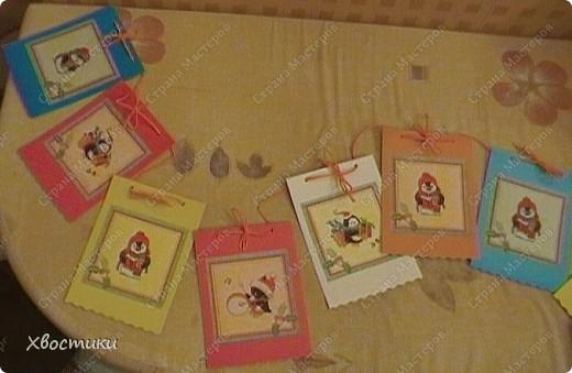 Захотелось мне сделать что-нибудь новогоднее для садика. А времени почти что нет. И тут удача - в магазине увидела недорогие симпатичные салфетки (всего по 26 руб.). Картон, клей карандаш, скручиваем ленты гофрированной бумаги - для веревочек - и ВСЁ!!! фото 1