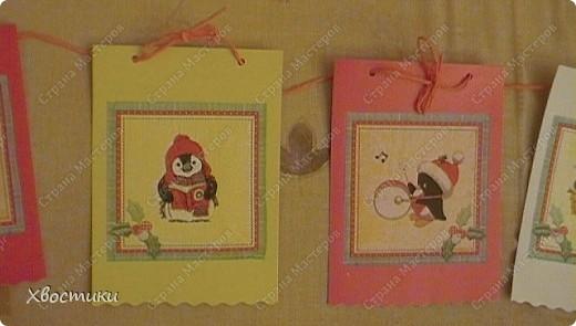 Захотелось мне сделать что-нибудь новогоднее для садика. А времени почти что нет. И тут удача - в магазине увидела недорогие симпатичные салфетки (всего по 26 руб.). Картон, клей карандаш, скручиваем ленты гофрированной бумаги - для веревочек - и ВСЁ!!! фото 3