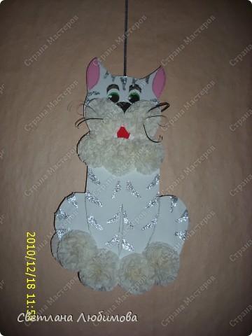Вот такого котика я с дочкой сделала. Так как год белого кота , то мы его сделали белым. А чтобы он не сливался с белыми помпонами, сделали ему серебристые полоски. фото 2