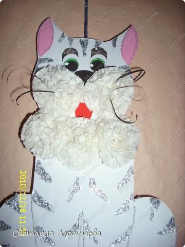 Вот такого котика я с дочкой сделала. Так как год белого кота , то мы его сделали белым. А чтобы он не сливался с белыми помпонами, сделали ему серебристые полоски. фото 1