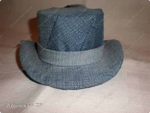 Дома завалялся небольшой кусок джинсовой ткани и я решила сделать себе маленькую шляпку-цилиндр (высота шляпки 6,5 см, а ширина по полю 15 см). Вот, что из этого получилось фото 2